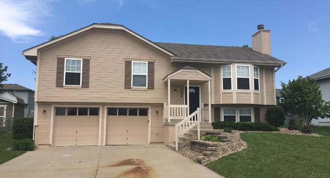 Image of 1604 Cove Dr in Raymore, MO
